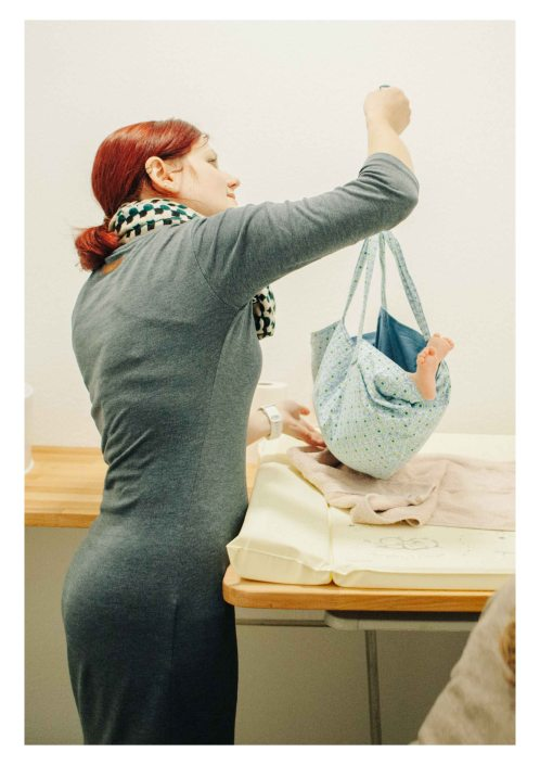 Midwife taking the weight of the baby - The midwifery project - Hebammenprojekt - Projet sur les sages-femmes en Allemagne