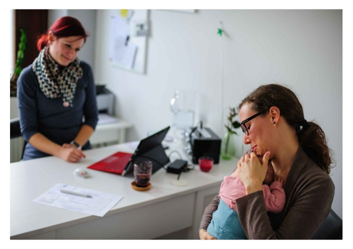 Midwife talking to a mother about the baby - The midwifery project - Hebammenprojekt - Regensburg
