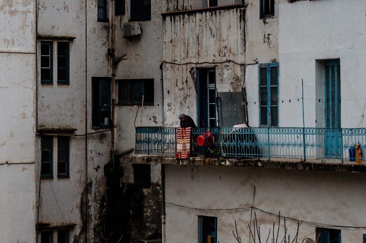 Femme âgée sur son balcon | Cadix, Alger 2017 - Old woman from her balcony | Cadix, Algiers 2017