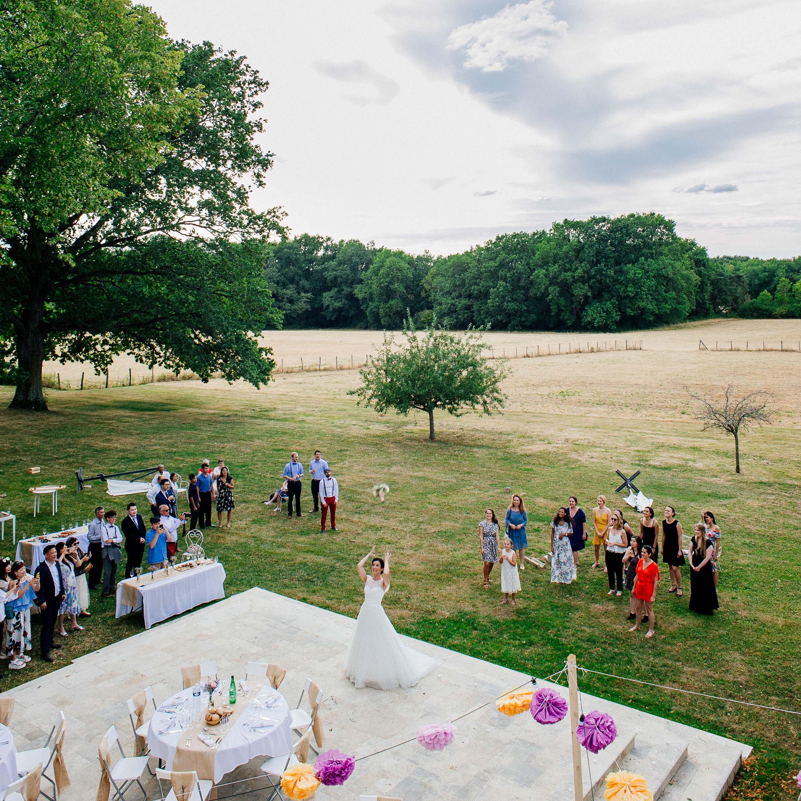 Photographe de mariage en Bourgogne - Lancé du bouquet de la mariée dans les jardins du château de Monfort | Wedding photographer in Burgundy
