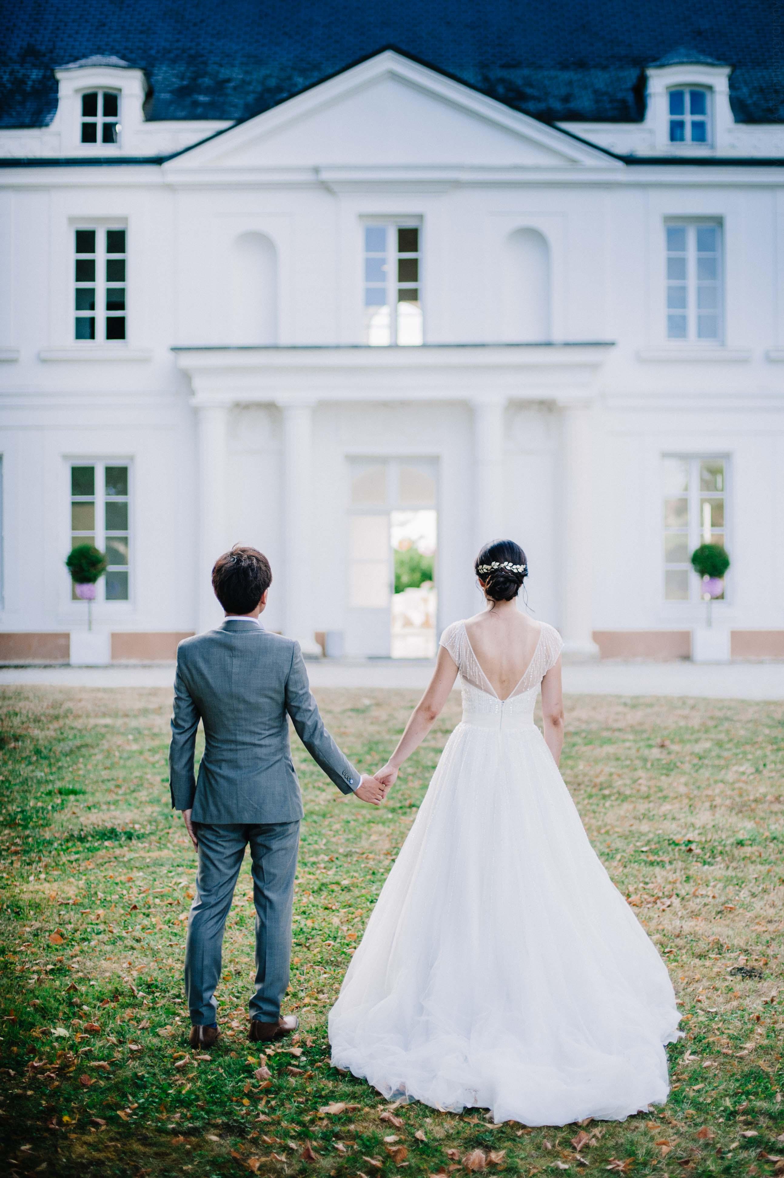 Portrait des mariés dans les jardins du château de Monfort - Photographe de mariage en Bourgogne | Wedding photographer in Burgundy