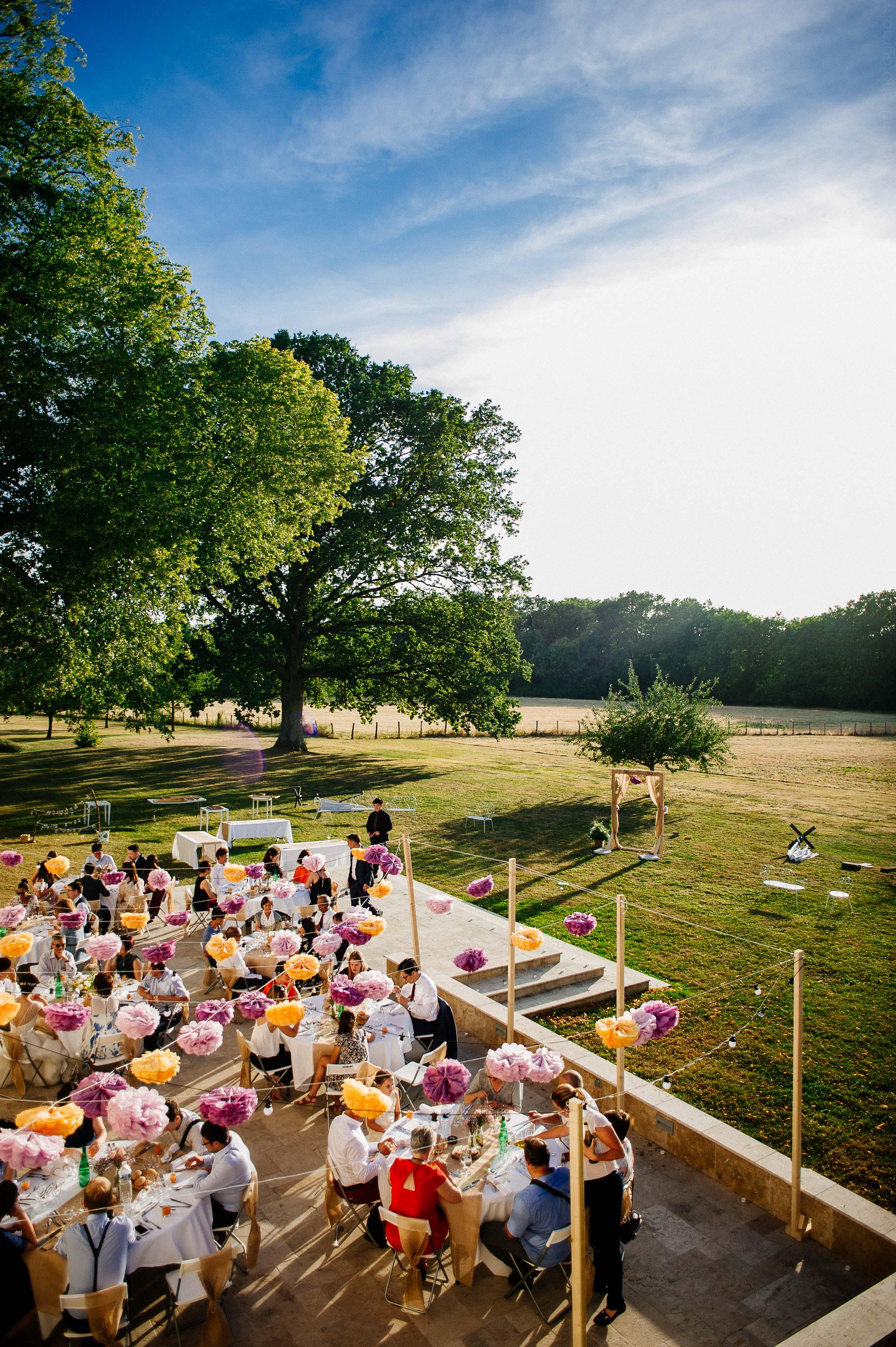 Dîner de mariage en terrasse au château de Monfort - Photographe de mariage en Bourgogne | Wedding photographer in Burgundy