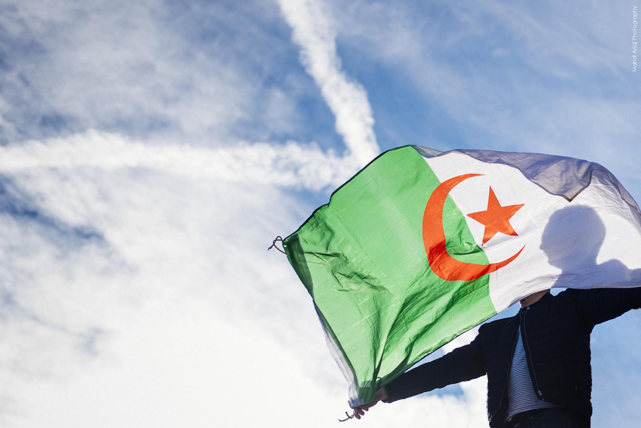 Derrière le drapeau - Behind the flag