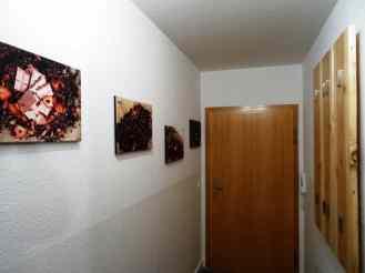 Flur mit Garderobe und Wandbilder