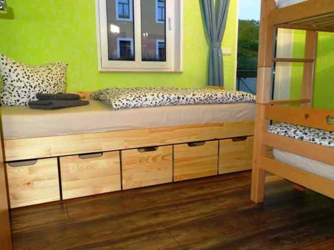 Kinderzimmer mit Einzelbett und Etagenbett