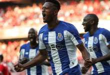 Photo of Soares e Aboubakar 'no cais de embarque'. Zé Luís busca destino