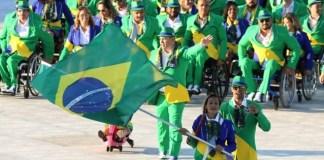 Terezinha Guilhermina conduz a bandeira do Brasil na cerimônia de abertura (Foto: Fernando Maia)