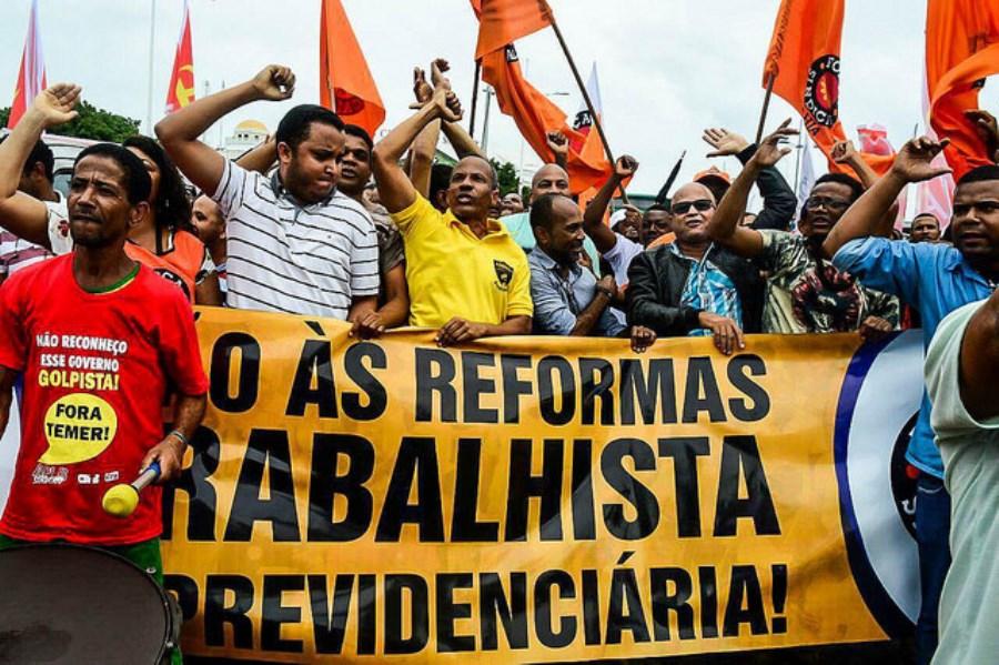 Manifestantes fazem protesto em João Pessoa contra reformas