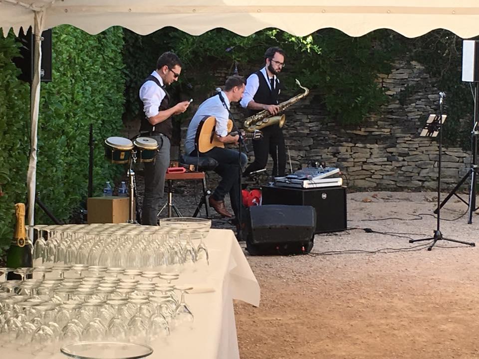 Le Relais Gourmand - Musiciens dans la cour.