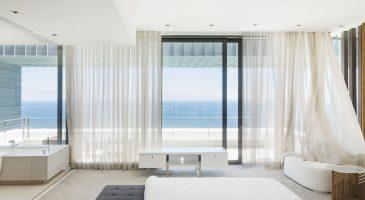 habiller une baie vitree avec des rideaux