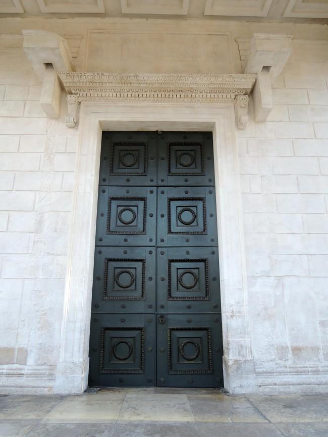 Porte Et Intrieur La Maison Carre