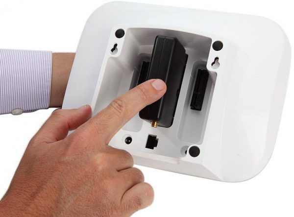 Emplacement de la batterie de la box domotique connectée Home Control 2 de Myfox sur la face arrière