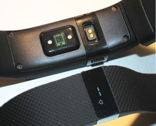 Face avant et arrière du bracelet connecté Fitbit Charge HR
