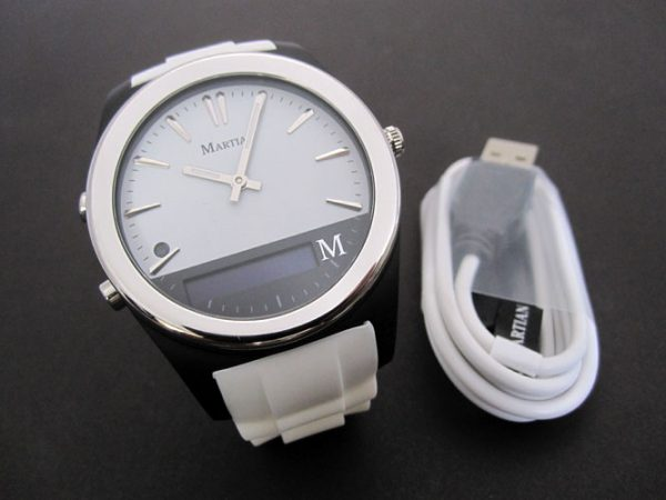 montre connectée Martian Notifier et son cordon USB