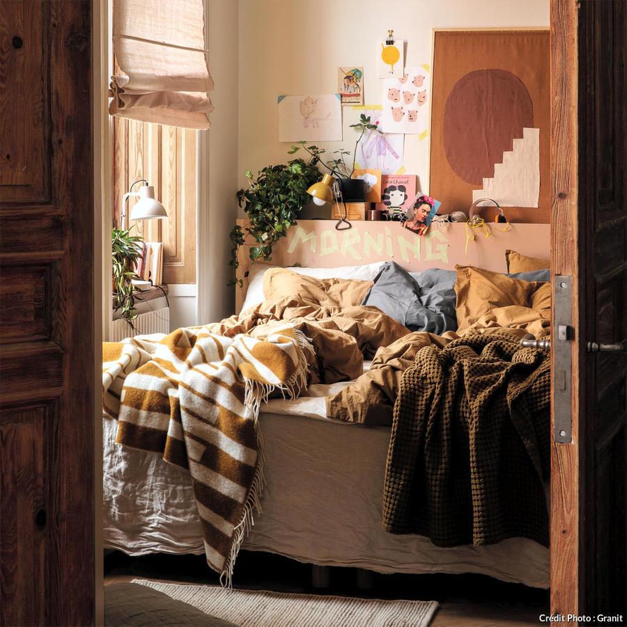 palette automnale pour cette chambre en marron rose et beige