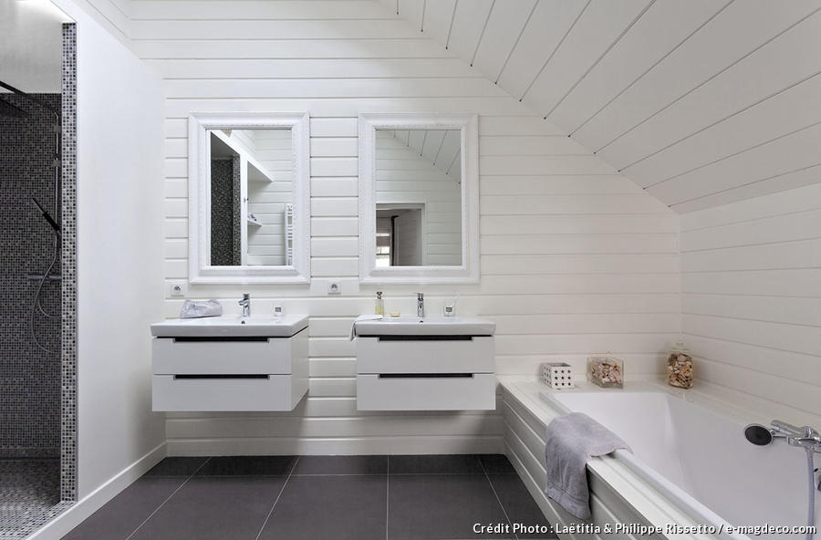 salle de bains avec deux vasques blanches et murs blancs