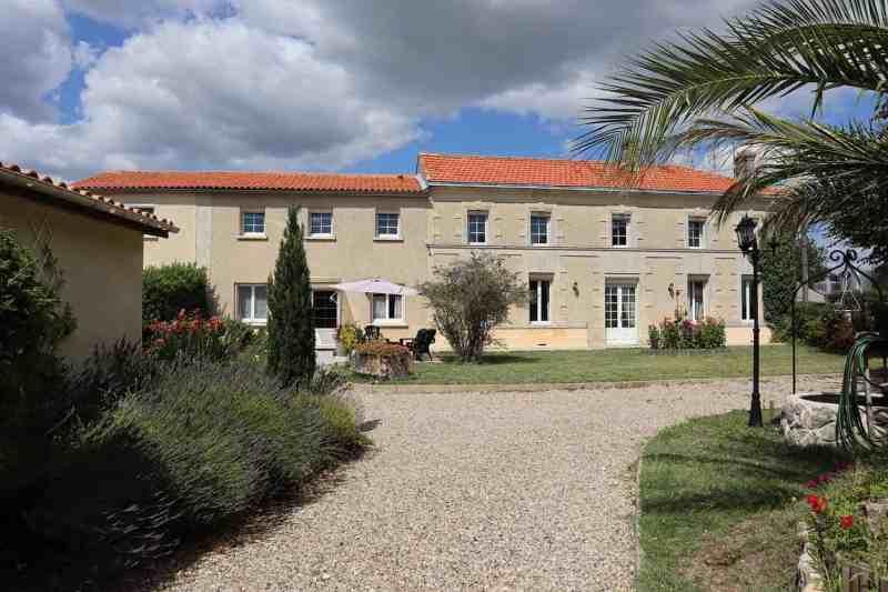 Vente d'un Beau domaine touristique au Nord de Bordeaux avec 4 chambres d'hôtes et 1 gîte à Marcillac (Gironde, Nouvelle Aquitaine)