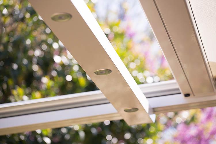 Pergola addossata in alluminio per sfruttare l 39 outdoor for Pergola addossata in kit
