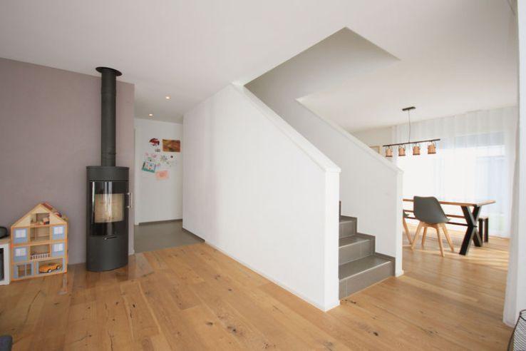 L'escalier sépare l'entrée et le salon de la cuisine et du coin repas.