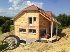 La toiture et les menuiseries sont installées, la maison est hors d'air