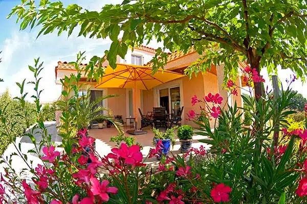Une terrasse arborée pour votre maison