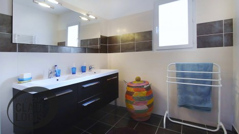 Salle de bain avec meuble double vasque