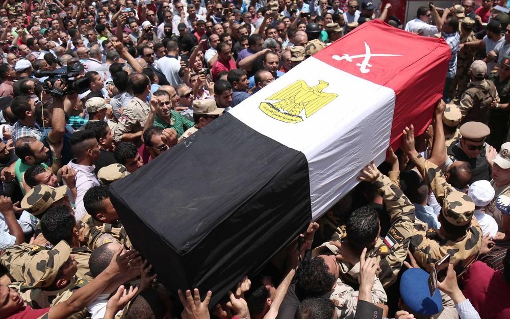 Ataque mata dezenas de soldados no Sinai