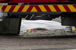 Corpo de vítima foi coberto na praça central de Turku (Foto: g1)