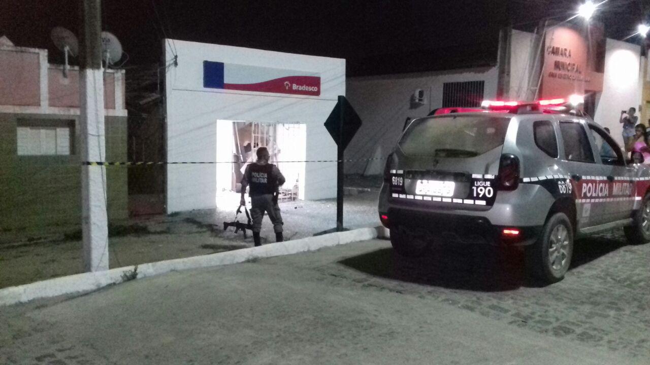 Bandidos explodem banco e Correios de Mogeiro na madrugada — Terror