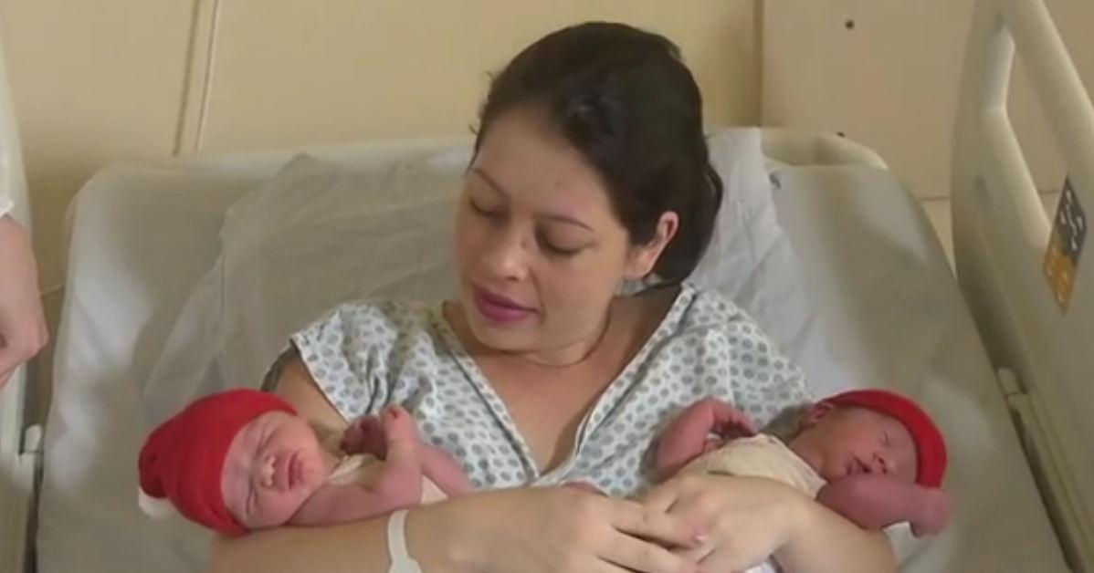 Gêmeos nascem de parto normal em anos diferentes