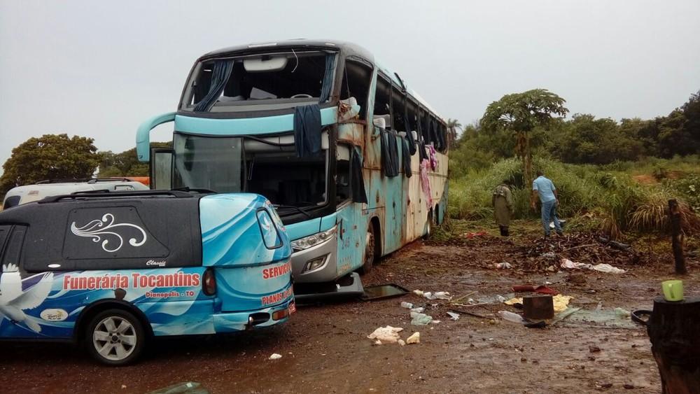 Ônibus capota, mata 7 e fere ao menos 11 no Tocantins
