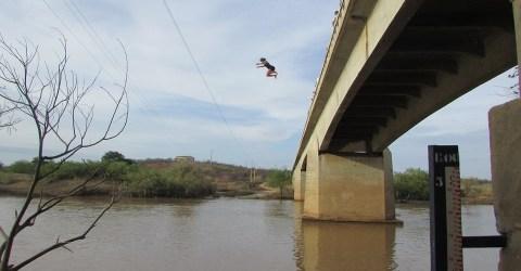 Moradores na ponte do Rio Piancó, Paraíba