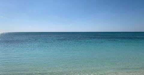 Manhã de sol na praia Grand Bahama, no Caribe