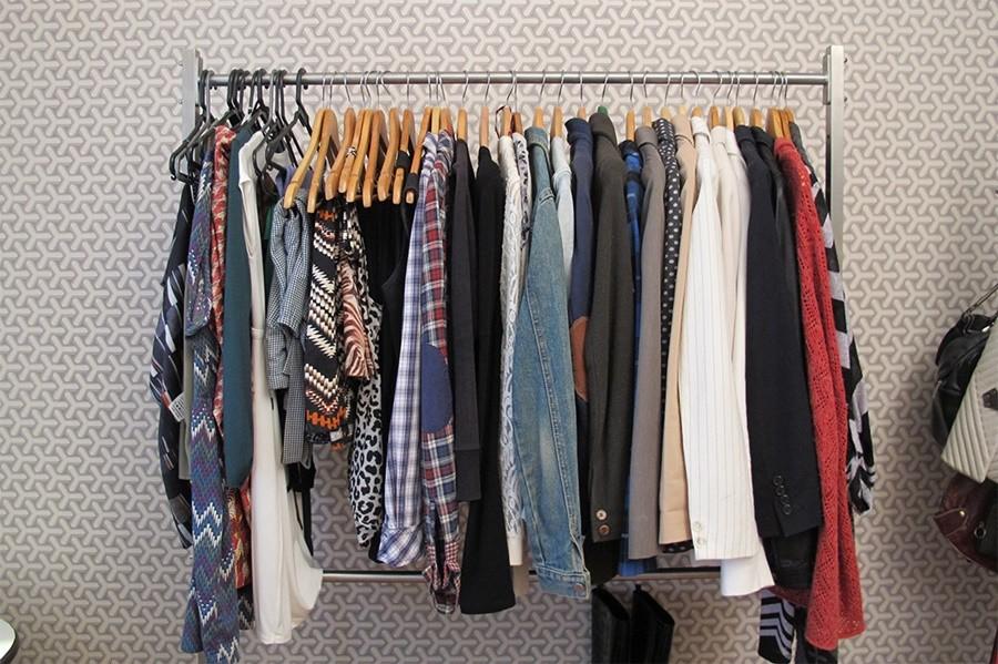 arara-de-roupas Como economizar para viajar