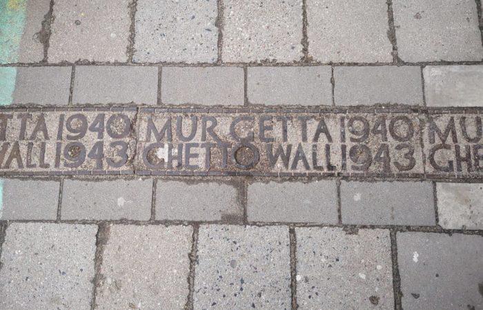 Scritte sul marciapiede che delimitano il perimetro del ghetto ebraico