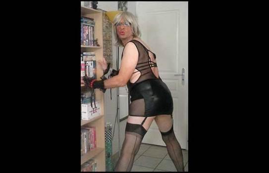 petite salope en jupe dominatrice severe