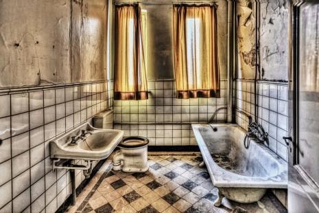 تفسير حلم رؤية دخول الحمام دورة المياه اغتسال في المنام