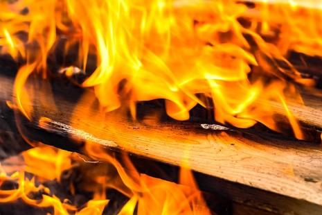 تفسير حلم رؤية النار مشتعلة أو لهب يحرق في المنام لابن سيرين