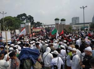 Massa Tolak RUU HIP Bendera PDIP Dibakar