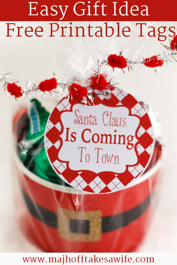 Santa Claus Is Coming To Town! Let all your friends know with these FREE printable gift labels for Christmas gift giving! Get your holiday gift giving in full swing with these adorable tags that are perfect to tie on to neighbor gifts, stocking stuffers, or mason jars! Fill with candy and you are all set! #ChristmasCrafts #Santa #MHTAW via @mrsmajorhoff
