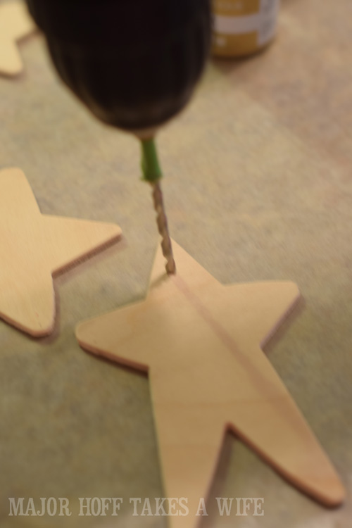 Drill a hole into the small wooden stars found in craft stores. Looking for homemade Christmas gifts? Look no further than these homemade Christmas ornaments. Use them as tree decorations, to grace your holiday table, or for fun tags to gifts! The ideas and endless and your friends and family will love these glittery stars personalized just for them!