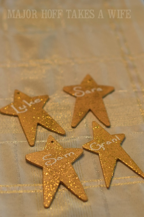 Using vinyl and a cricut to personalize star ornaments. Looking for homemade Christmas gifts? Look no further than these homemade Christmas ornaments. Use them as tree decorations, to grace your holiday table, or for fun tags to gifts! The ideas and endless and your friends and family will love these glittery stars personalized just for them!