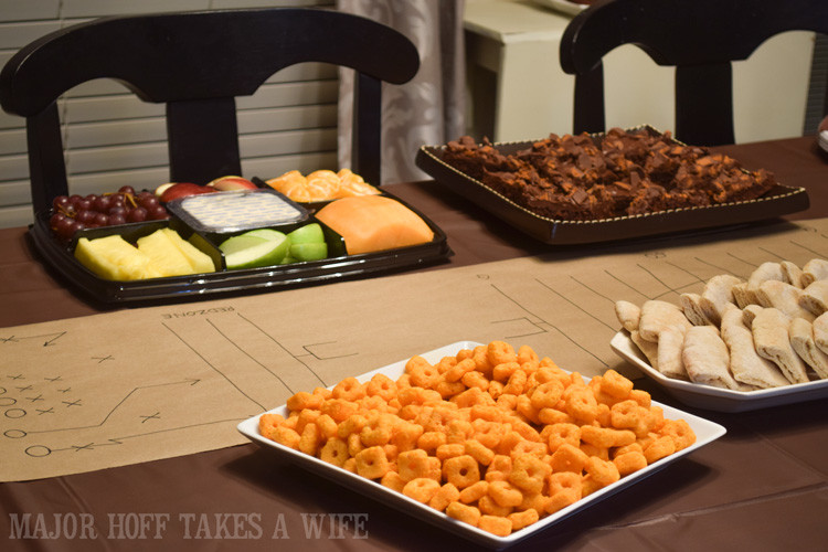 Serve New cheez it Crunch d at your big game party. An easy to throw party for the Big Game. Features easy party ideas for snacks, dips and decor. Includes a recipe for Roasted Red Pepper Hummus without seeds! #BigGameSnacks #collectiveBias #ad