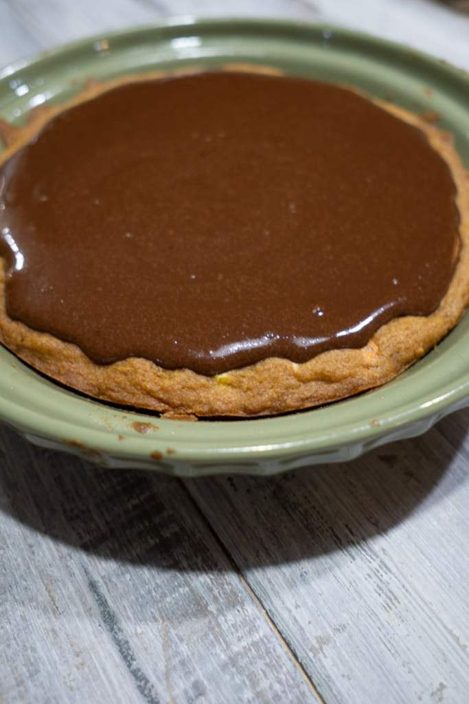Reese's Pie step 6 : Pouring chocolate ganache onto peanut butter crust