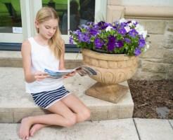 テラスで雑誌を読む女の子