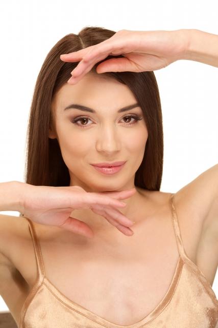 腕脱毛した腕を見せる女性