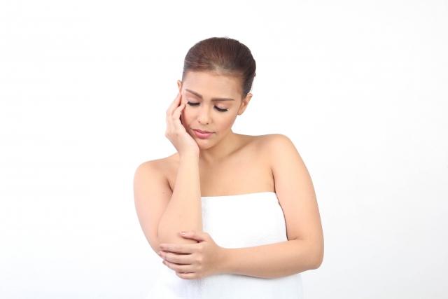 毛嚢炎を起こしている女性