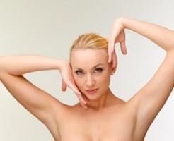 脱毛した脇を見せる女性