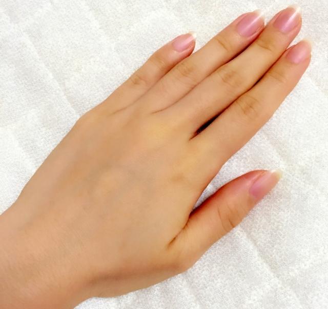 指毛を脱毛した女性の手