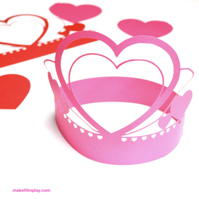 Make this cute heart headband for Valentine'€™s Day or as a sweet party hat for your next birthday. I have included a PDF pattern and a SVG file if you want to cut the crown out with Cricut. #partyhat #heartcrown #papercrfts, #partydecorations #valentinesday #paperhreat, #heart
